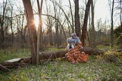 坐由树的两套人佩带的动物服装 免版税图库摄影