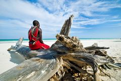 坐由海洋的Maasai 免版税库存照片