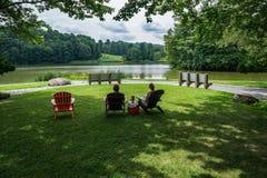 坐由湖的已婚夫妇 库存图片