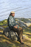坐由湖的老人 库存照片