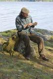 坐由湖的老人 图库摄影