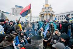 坐由火的许多另外人民在拥挤街道在两个星期反政府抗议期间 免版税库存图片