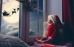 坐由窗口的女婴 免版税库存图片