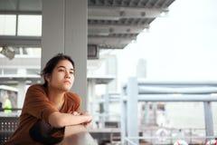 坐由船坞的两种人种的青少年的女孩,查找认为 免版税库存照片