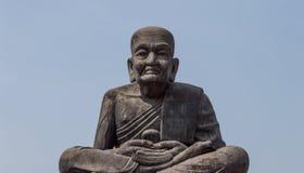 坐的修士雕象 免版税库存图片