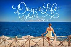 坐的妇女注视着海和文本天在生活中 书法字法葡萄酒手凹道 库存图片