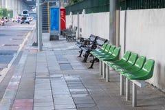 坐的椅子等待的公共汽车位于公共汽车站 库存图片