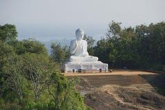 坐的菩萨的雕象早晨薄雾的Mihintale,斯里兰卡 免版税库存图片