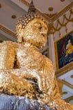 坐的菩萨被镀金瓣 库存照片