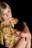 坐的金发碧眼的女人 免版税图库摄影