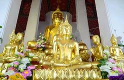 坐的金黄budda雕象 免版税图库摄影