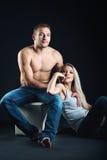 坐的年轻美好的夫妇 被隔绝的射击 免版税库存图片