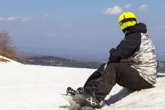坐的滑雪者雪 在Vasilitsa滑雪胜地的最后天 免版税库存照片