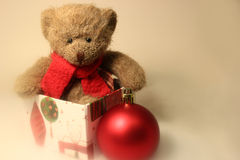 坐礼物盒的玩具熊 免版税图库摄影