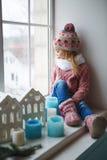 坐窗口基石和看看街道 免版税图库摄影