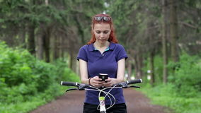 坐自行车和发短信在智能手机的女孩 股票视频