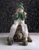坐草龟的雪人 免版税库存照片