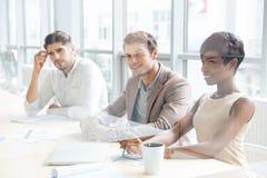 坐训练和做笔记的商人在办公室 免版税库存图片