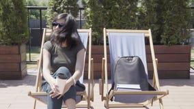 坐躺椅和跳舞对音乐的年轻美女 股票视频