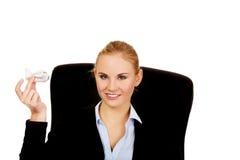 坐轮椅和拿着玩具飞机的女商人 免版税库存图片