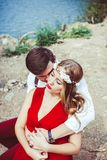 坐通过湖拥抱的夫妇 图库摄影