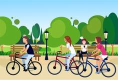 坐长木凳户外平展走的循环的绿色草坪树模板自然背景的公开都市公园妇女 向量例证