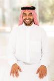 坐阿拉伯的人在家 库存图片