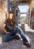 坐青少年都市的女孩废墟 免版税库存图片