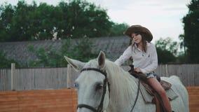 坐马和微笑对在4K的照相机的俏丽的女孩 股票视频