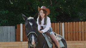 坐马和微笑对照相机的俏丽的女孩 迟缓地 股票视频
