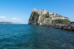 坐骨Aragonese城堡的看法  免版税图库摄影