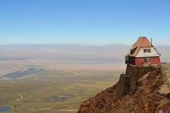 坐高在岩石峭壁边缘的议院 免版税库存照片