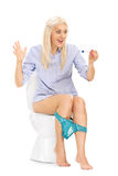 坐洗手间和看妊娠试验的女孩 库存照片