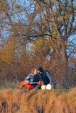坐年轻人的夫妇地面音乐家 库存图片