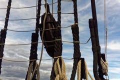 块、滑车和索具在历史的帆船 免版税库存照片