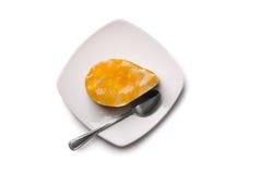 结块与橙色果冻在板材,顶视图 库存图片
