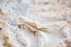 结块与被鞭打的奶油色结霜,油脂,肥胖洗涤剂溶化的油脂 免版税图库摄影