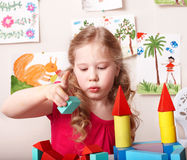 块儿童游戏学龄前儿童木头 免版税库存照片