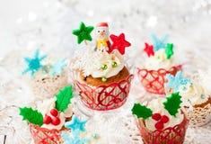 结块干酪圣诞节结霜红色天鹅绒的奶油杯形蛋糕 库存图片