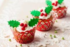结块干酪圣诞节结霜红色天鹅绒的奶油杯形蛋糕 免版税图库摄影