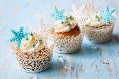 结块干酪圣诞节结霜红色天鹅绒的奶油杯形蛋糕 库存照片