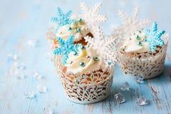 结块干酪圣诞节结霜红色天鹅绒的奶油杯形蛋糕 图库摄影