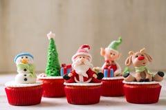 结块干酪圣诞节结霜红色天鹅绒的奶油杯形蛋糕 免版税库存图片