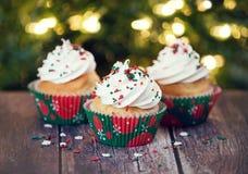 结块干酪圣诞节结霜红色天鹅绒的奶油杯形蛋糕 免版税库存照片