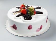 结块或结块用草莓和巧克力在背景 免版税库存图片