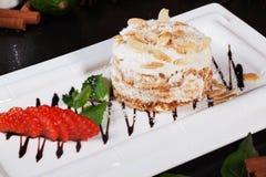 结块杏仁草莓特写镜头点心食物餐馆的拿破仑部分 免版税库存照片