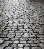 块湿大卵石的路面 免版税图库摄影