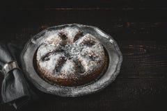 结块用与餐巾的糖粉在葡萄酒金属圆环 库存图片