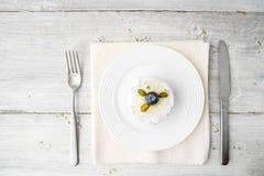 结块用开心果和蓝莓在与利器的白色桌 免版税图库摄影