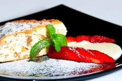 蛋糕用新鲜的草莓 库存照片